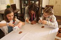 Zdobení velikonočních perníků, ozdoby ze slaného těsta nebo zdobení kraslic... To vše čekalo na návštěvníky tvůrčích dílen v jičínském muzeu.