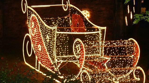 ... večer povoz svítil jako připravený k romantické vyjížďce.