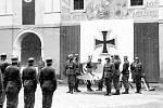 Přísaha na nacistický prapor na 1. nádvoří kasáren u kostela sv. Ignáce v Jičíně.