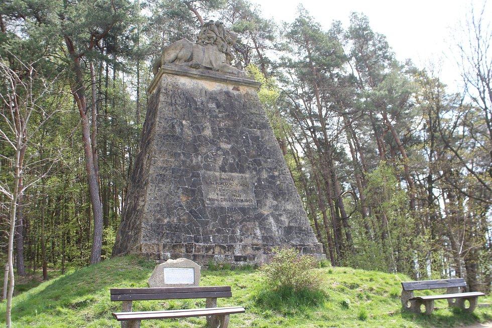 Mohylu na památku Viléma Konecchlumského čeká letos čištění. Je postavená z pískovce z nedalekého lomu.