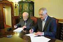 Podpis darovací smlouvy v Praze.
