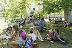 Chvilky při kávě ve stínu stromů zpříjemnilo v neděli v Libosadu Řehečské kvarteto.