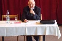 Kardinál Miloslav Vlk v novopacké škole.