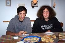 Angelo (vlevo) stoluje s Patrikem Hronem.