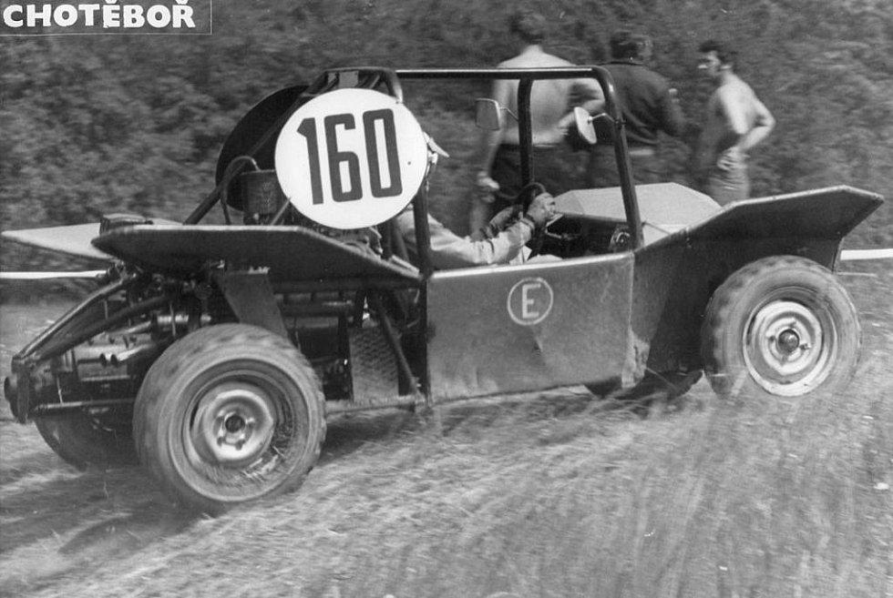 TAKOVÉHLE BYLY ZAČÁTKY. Václav Fejfar rád vzpomíná na první závodní stroje, do kterých usedal.