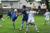 BĚLOHRADSKÝ KAPITÁN KAZDA (v bílém) bojuje o míč se soupeři z Broumova, také on přispěl svým dílem k vítězství.