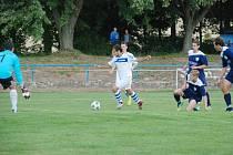 FOTBALISTÉ  Sobotky zdolali na domácím hřišti Vrchlabí 2:0. Na snímku střílí vedoucí branku Petr Topič.