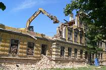 Bourání další z budov jičínských kasáren.