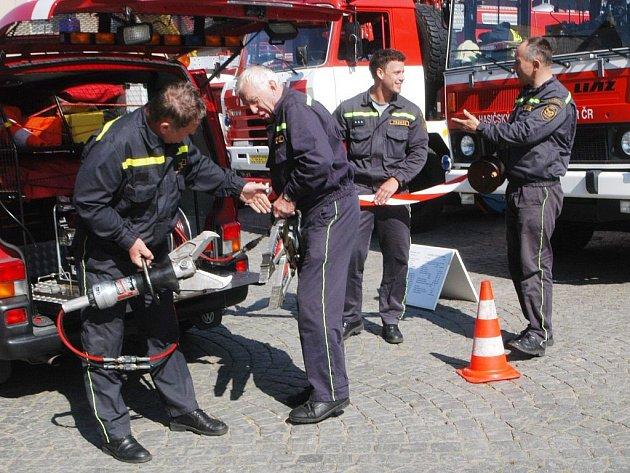 Jičínští profesionální hasiči předvedli svoji techniku.