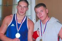 Mistr republiky v hmotnostní kategorii do 91 kg Martin Křelina (vpravo) se zlatou medailí na krku, vlevo finalista Dominik Musil ze Znojma.