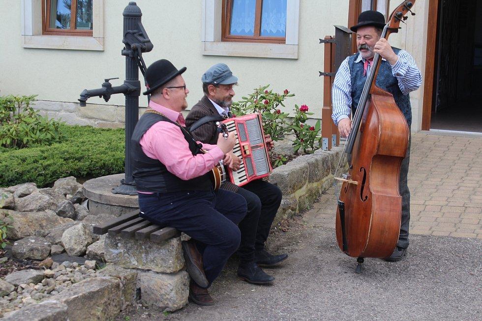 """""""Musíme využít každé příležitosti, abychom si spolu zazpívali,"""" ukázali muzikanti cizincům českou náturu."""