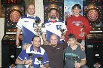MEDAILISTÉ turnajů mužů, nahoře zleva P. Drtil, O. Zmelík, H. Dočekal, dole zleva M. Dudáš, K. Sedláček a J. Talavášek.