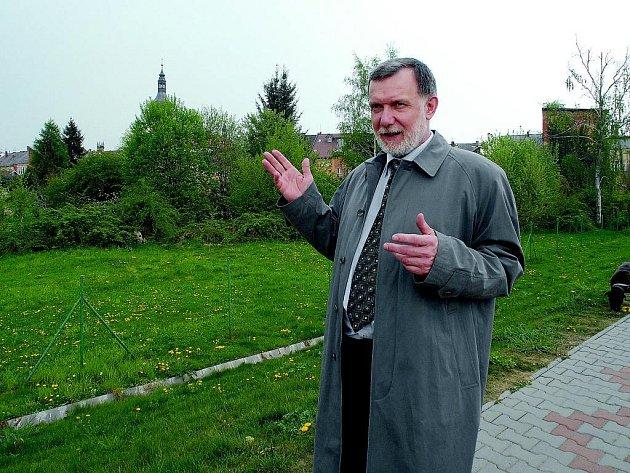 Hořický místostarosta Jaroslav Vácha v ulici Aloise Hlavatého, kde se připravuje výstavba řadových domků.
