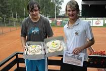 Vítězové Aleš Řehák a Jakub Krause s cennou trofejí.