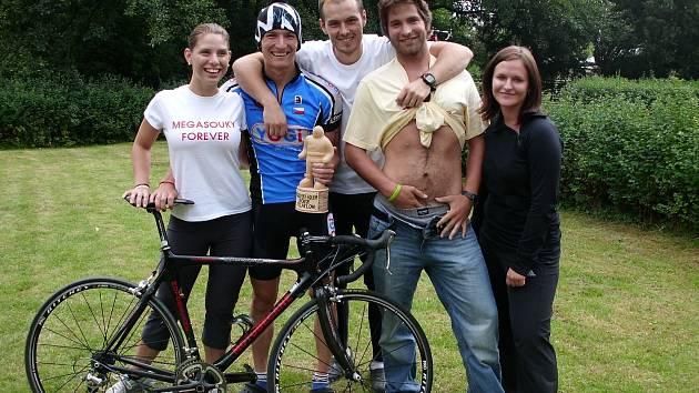 SPOKOJENÁ JIČÍNSKÁ VÝPRAVA, Petr Soukup, Jan Medlík, Michal Navrátil, s členkami servisního týmu.