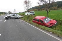 Při odbočování šofér pravděpodobně přehlédl již předjíždějící červené vozidlo Škoda Octavia, jehož řidič čelně narazil do levého boku odbočující stříbrné octavie.