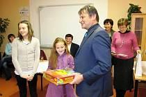 Ocenění vítězek soutěže v hořické knihovně.