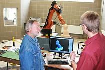 Z hořické akce sochařské školy Kámen 2012 - robotické pracoviště.