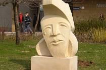 Pískovcová plastika studentů hořické sochařské školy je umístěna v areálu ostravské univerzity.