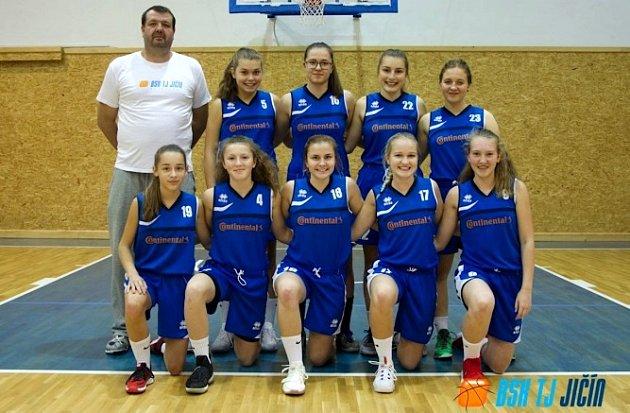 JIČÍNSKÉ basketbalové družstvo U 19.