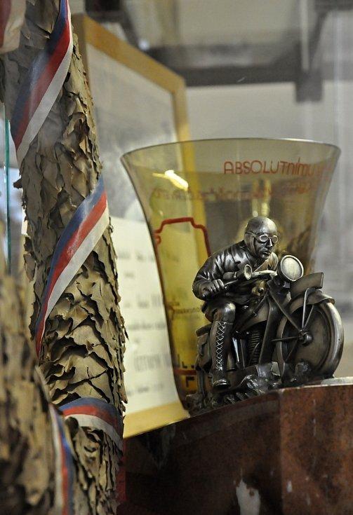 Jednotlivé výstavní místnosti jsou zaměřeny tematicky na určité období historie hořických motocyklových závodů od 20. let minulého století až po současné závodní ročníky. Jedna z výstavních místností je věnovaná památce československého reprezentanta Gust