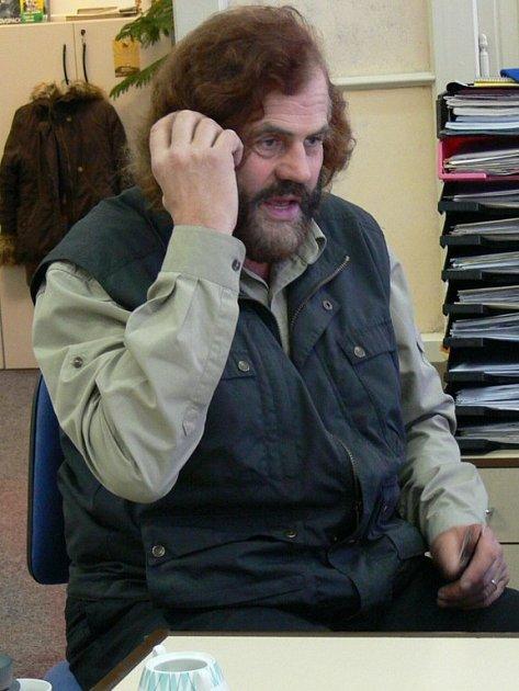 Leoš Šimánek telefonující.