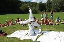 Ukázku na letním táboře Borek u Lázní Bělohrad kluci a holky sledovali se zaujetím.