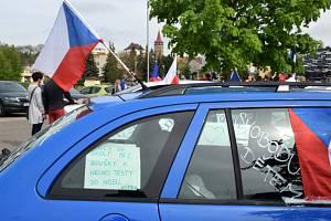 Příznivce poslance byl v sobotu dopoledne možné poznat podle hlasitého troubení a státních vlajek připevněných na autech.