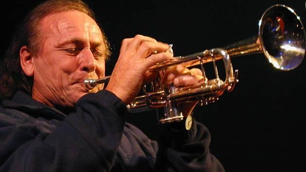 Newyorský trumpetista slovenského původu Laco Deczi.