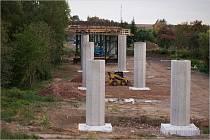 Stavba mostu u Hořic vstupuje do další fáze.
