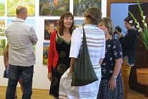 CATHERINE BAKER při závěrečné výstavě rozpráví se svými malířskými kolegyněmi. V Jičíně se z plenéru zrodily úžasná díla.