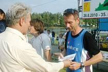 Běh lužanskými hvozdy: ředitel závodu Jiří Kůtek předává odměnu Bořku Jančíkovi (Svartes Hořice) za krásné šesté místo.