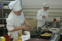 Žáci bělohradského odborného učiliště Petra Horská (vlevo) a Veronika Švorcová při praktické závěrečné zkoušce.