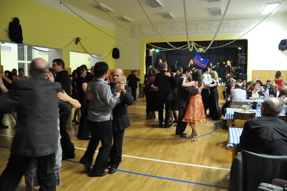 Z hasičského plesu v Čisté u Horek.