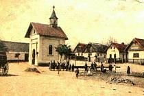 Historický snímek dětenické návsi.