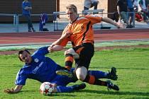 Lukáš Jisl (v modrém) bojuje o míč se soupeřem.