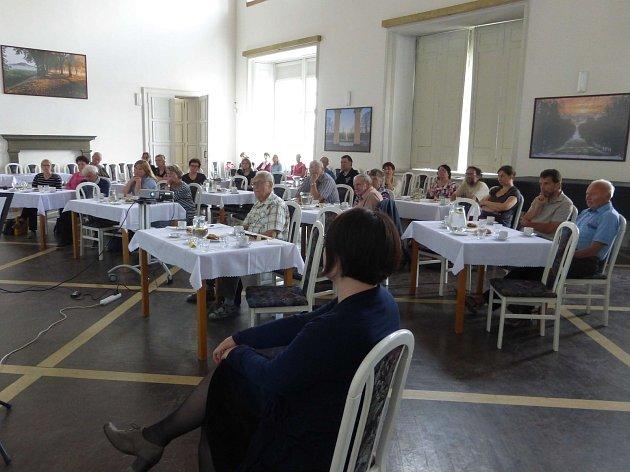 V porotním sále jičínského zámku se na společném semináři sešli kronikáři přibližně z třetiny obcí okresu.