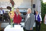 Křest nové odrůdy mečíků Františkem Peterkou na výstavě v Nemyčevsi.