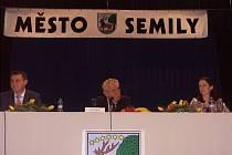 Beseda v Kulturním domě Golf na břehu Jizery. Zleva hejtman Libereckého kraje Martin Půta, prezident Miloš Zeman a starostka Semil Lena Mlejnková.