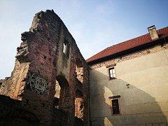 Na hradě Pecka spadla žena z hradeb.