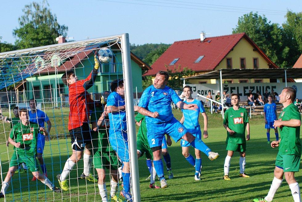 Sojka při fantastickém zákroku likviduje umístěnou hlavičku domácího hráče Michala Daniše.