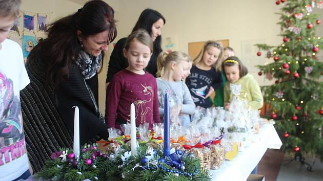 Druhá Základní škola na Husově ulici v Jičíně uspořádala vánoční jarmark z výrobků dětí.