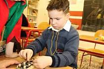 DAVID ŠVORC si při zápisu do školy hravě poradil i s uvázáním kličky.