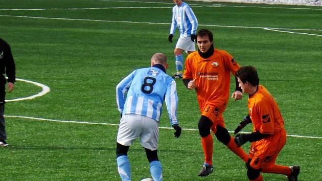 NOVOPAČTÍ Jan Mačí (4) a Lukáš Jisl (3) se snaží odebrat míč nejzkušenějšímu hráči, exligovému Ivo Táborskému (8).