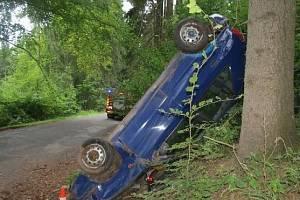 Zrádná se jim stala zatáčka u Úbislavic, ve které dostali smyk a střechou narazili do stromu.
