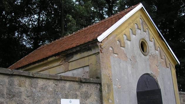 Jičínský židovský hřbitov a stav některých budov.