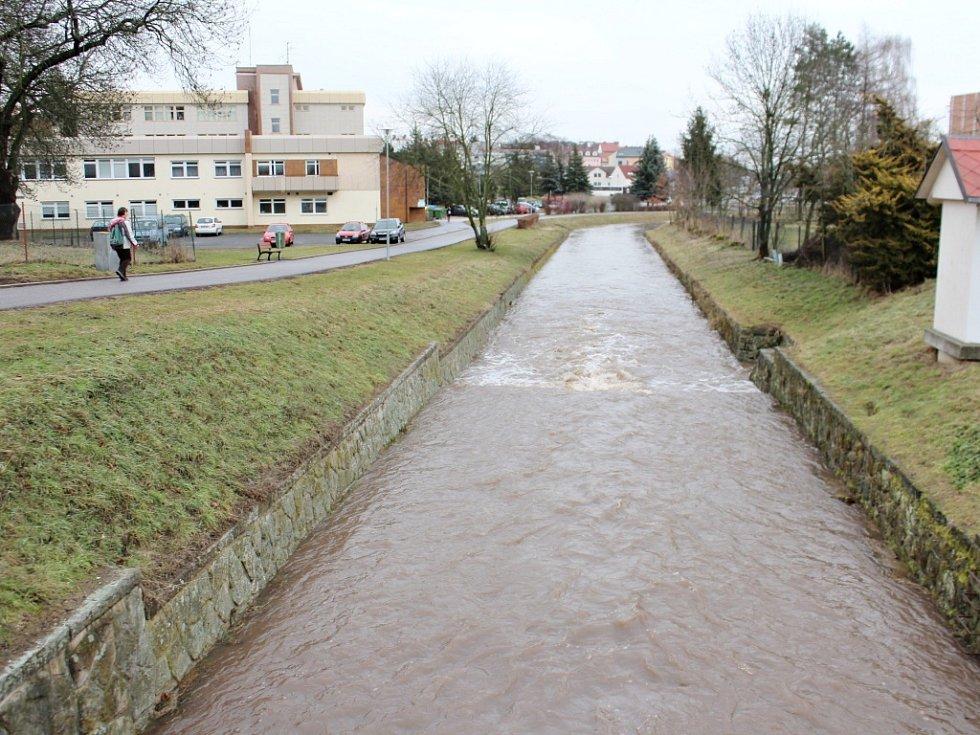 Mírně rozvodněná Cidlina v Jičíně.
