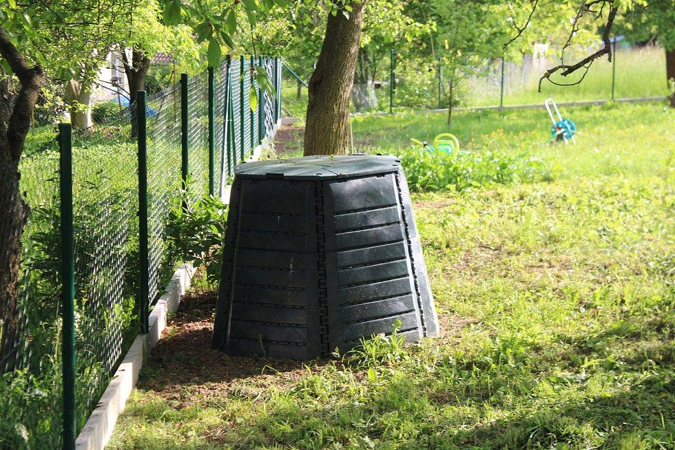 Zbytky zeleniny a odpad ze zahrady řeší u rodinných domů kompostéry.