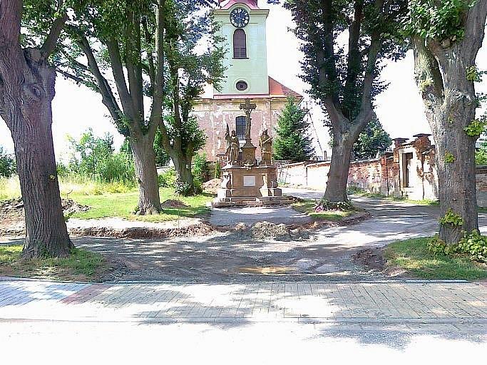 U kostela sv. Máří Magdalény v Lužanech.