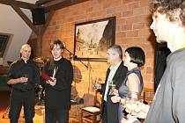 BÁSNÍK Jaromír Typlt  (druhý zleva) při čtvrtečním křtu tisku básně Jana Opolského Povodeň.